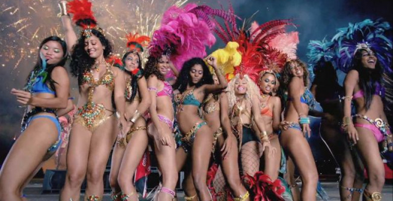 carnavalul-se-muta-in-noul-clip-nicki-minaj-vezi-ce-show-a-facut-cu-o-gasca-de-fete-in-bikini-in-noul 5