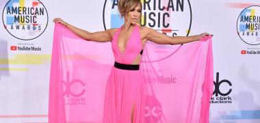 Cele mai tari ținute de la gala American Music Awards. Au impresionat J.lo, Cardi B, Taylor Swift