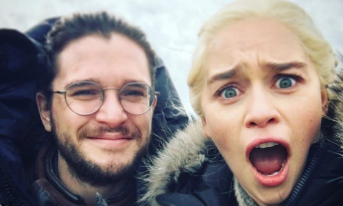 Kit Harington și Emilia Clarke la filmările Game of Thrones
