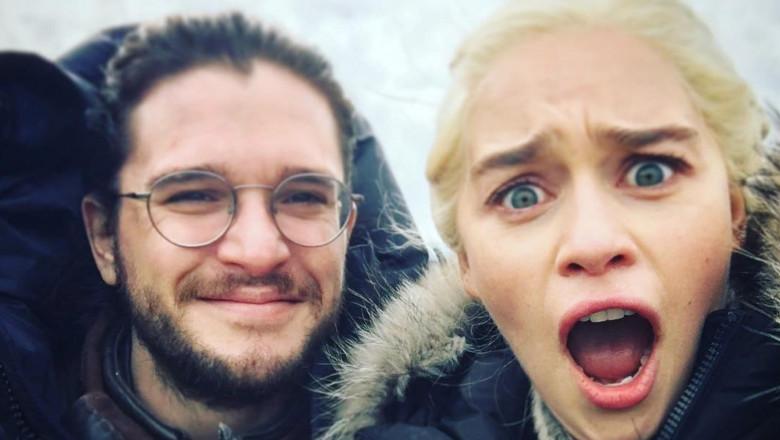 Kit Harington și Emilia Clarke la filmările Game of Thrones