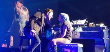 """Surpriză la concertul lui Lady Gaga! Bradley Cooper a urcat pe scenă și a cântat alături de ea """"Shallow"""""""