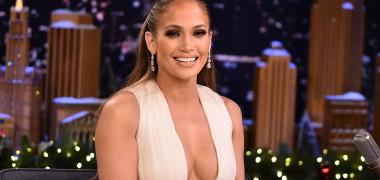 """Jennifer Lopez, într-o rochie decupată complet, cu picioarele tonifiate la vedere: """"Ceva care ar putea să vă lumineze ziua"""""""