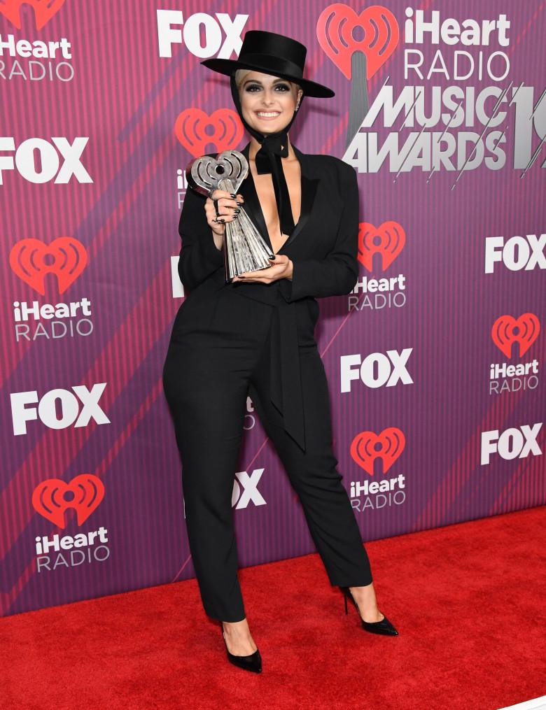 Bebe Rexha cu trofeul iHeartRadio