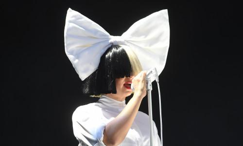 Sia în timpul concertului la V Festival