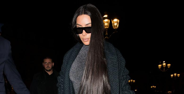 Kim Kardashian la intrarea în restauranul Ferdi din Paris