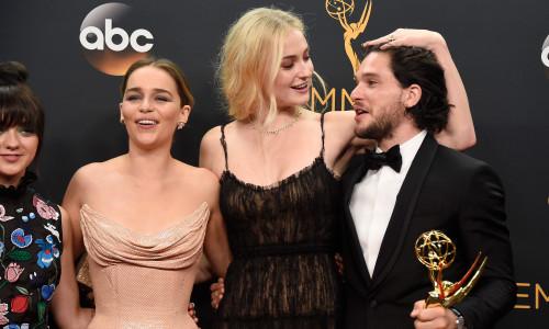 Emilia Clarke, Sophie Turner ;i Kit Harington la premiile Emmy