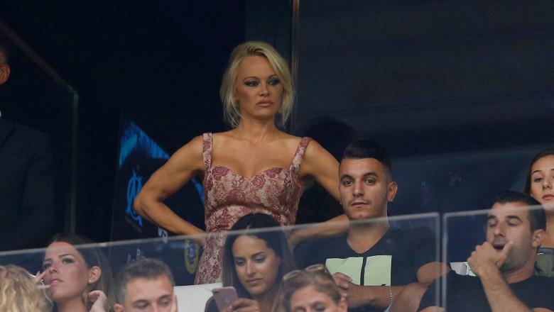 Pamela Anderson în tribună la meciul iubitului săi Adil Rami