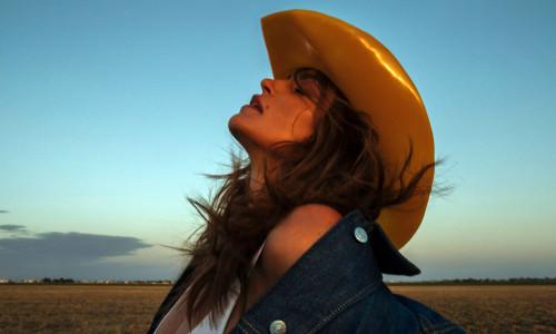 Cindy Crawford dans la campagne Acne Studio au Cadillac Ranch au Texas