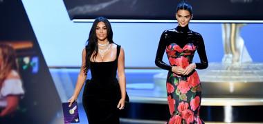 Discursul lui Kim Kardashian și Kendall Jenner a stârnit râsul publicului. Moment stânjenitor pentru cele două surori la Emmy 2019