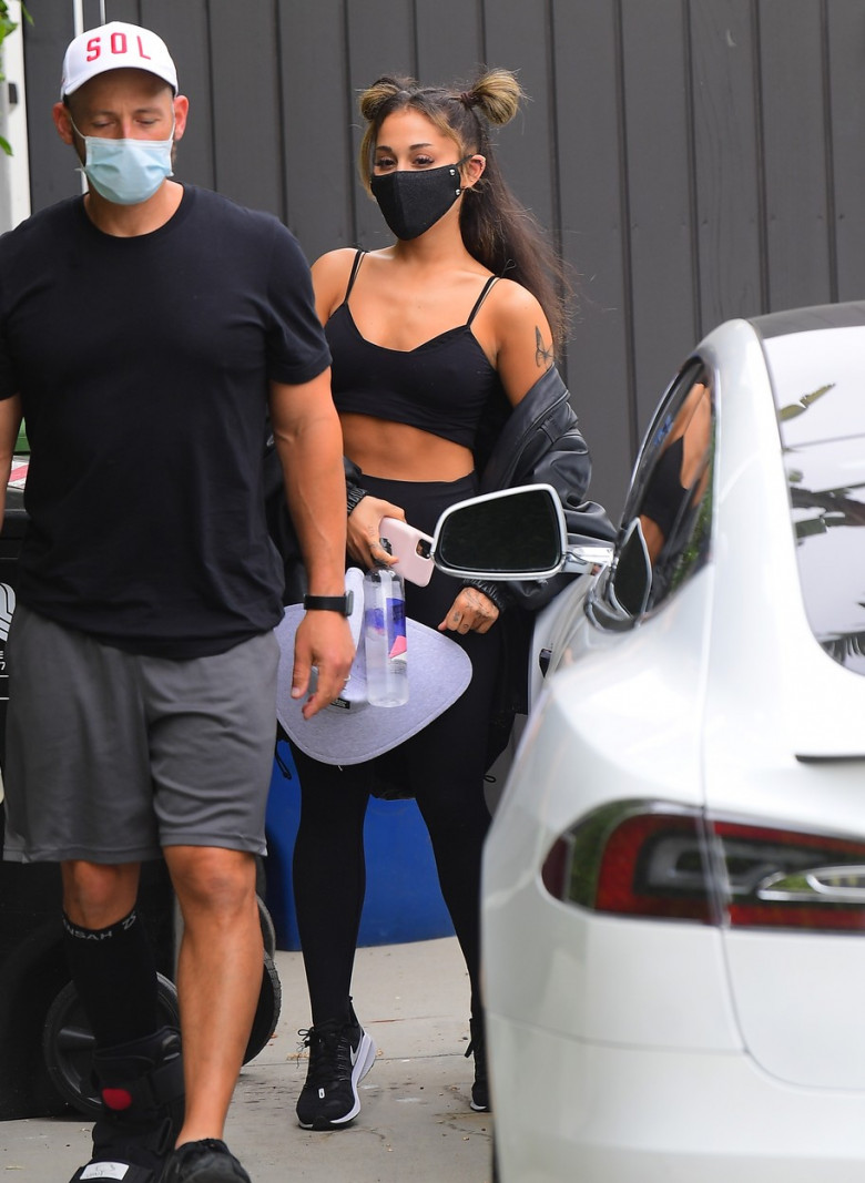 EXCLUSIVE: PREMIUM EXCLUSIVE--Ariana Grande Shows Off Her Toned Abs After An Intense Workout In LA