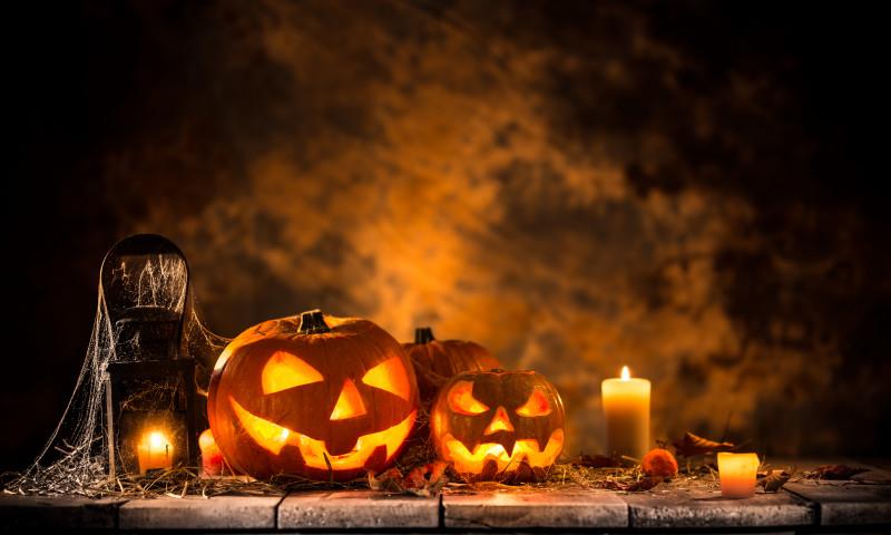 Halloween pumpkins on wooden planks