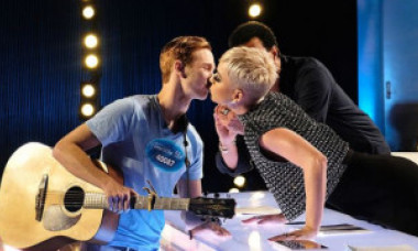 Oops! Un concurent de la American Idol a sărutat-o pe gură pe Katy Perry. Ce a urmat după | VIDEO