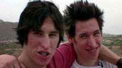 Doi fraţi au devenit celebri după ce au cheltuit 20.000 de dolari pe operaţiile plastice pentru a arăta ca Brad Pitt.