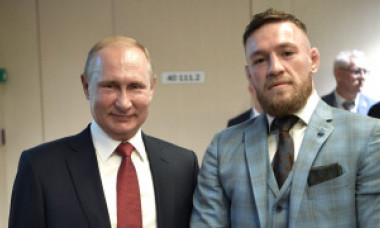 McGregor l-a luat de gât pe Vladimir Putin pentru o poză, dar reacţia gărzilor de corp a fost imediată