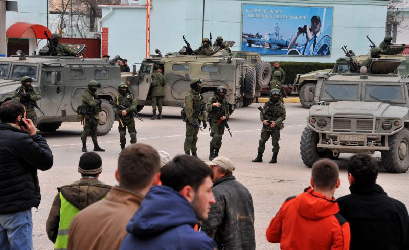 Crimeea Ucraina oameni inarmati-AFP Mediafax Foto-VIKTOR DRACHEV 1