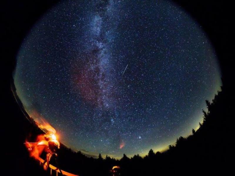 meteorit care traverseaza cerul nasa