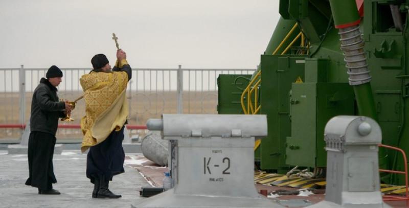 preot binecuvanteaza o racheta nasa