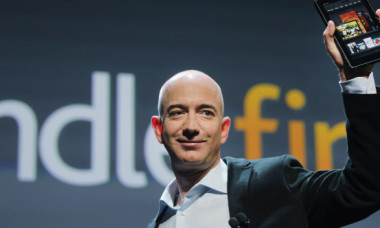 Cat castiga Jeff Bezos pe luna, in comparatie cu angajatii sai