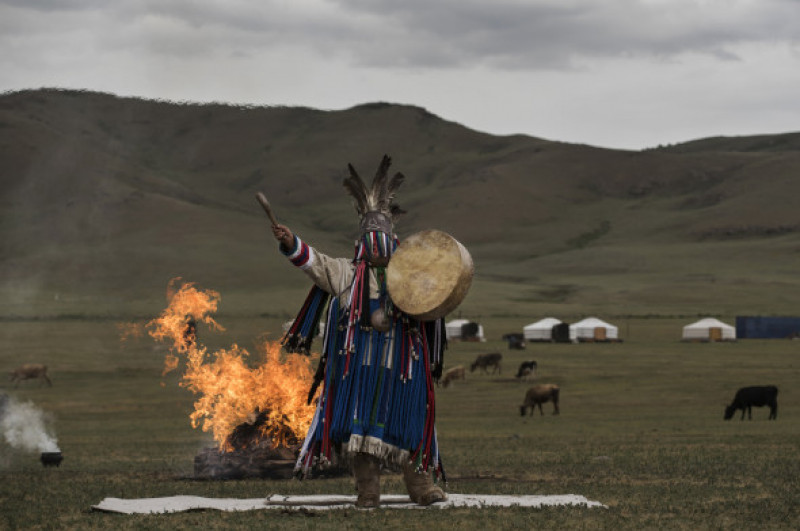 Saman din Mongolia ce isi face meseria