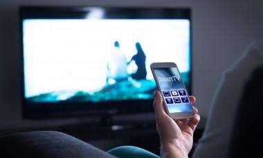 Smartphone-urile pot asculta ce urmaresc oamenii la televizor. Cum functioneaza sistemul
