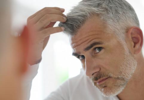 """Cercetatorii au descoperit """"de ce stresul albeste parul"""". Cum ar putea fi prevenita albirea"""