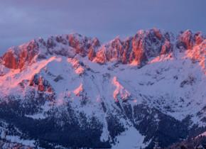 Zăpada din Alpii Italieni a devenit roz! Ce cauzează fenomenul straniu