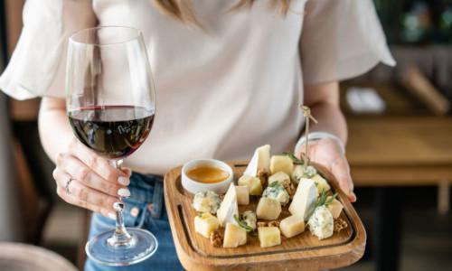 Ce se întâmplă în organismul tău dacă vei consuma brânză și vin roșu