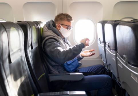 """Cât de sigur e să călătorești cu avionul în """"era"""" Covid? Ce se întâmplă când cineva care poartă mască strănută în aeronavă"""