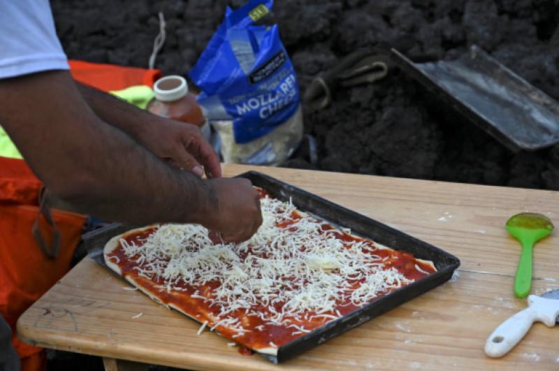 Momentul în care un bărbat gătește pizza pe lava unui vulcan1