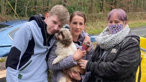 """O cățelușă s-a întors acasă după opt ani de la dispariție. Stăpâna, emoționată: """"Ne-am petrecut toți acești ani crezând că a murit!"""""""