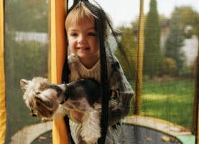 """Momentul adorabil în care o fetiță și câinele ei sar pe trambulină: """"Fetița aceasta are un înger păzitor minunat"""""""