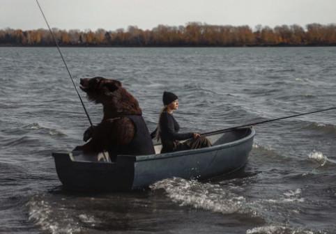 Momentul în care o femeie merge la pescuit cu un...urs. Imaginile inedite au uimit internetul