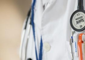Viral - Un medic a impresionat printr-un gest simplu: a plătit transportul unei bătrâne spre casă
