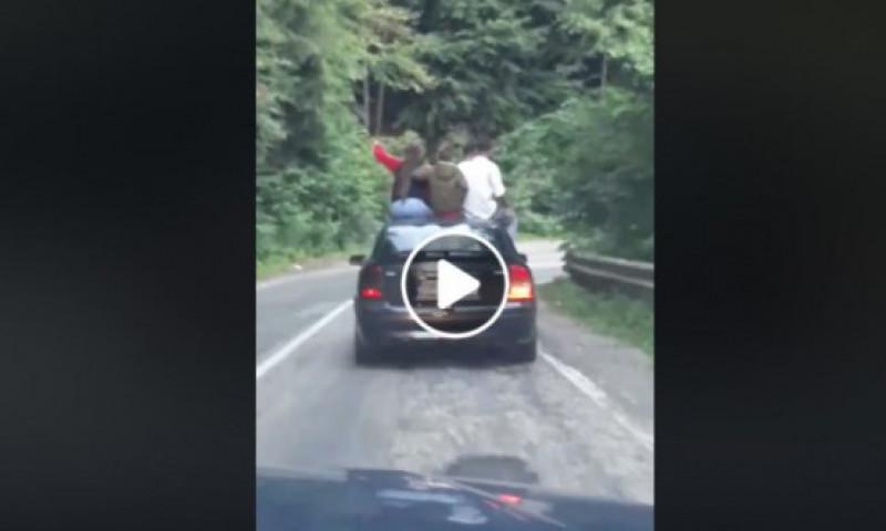VIDEO: 4 tineri, surprinși pe capota unei mașini, în timp ce mergeau pe Transfăgărășan