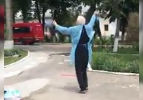 Hora României la Matinalul Digi FM în cinstea lui Teodor Popescu, gorjeanul vindecat de COVID-19 care a dansat de bucurie