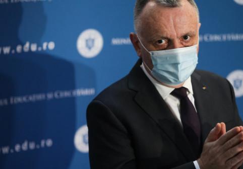 Imaginea zilei: ce a purtat ministrul Educației la vaccinare
