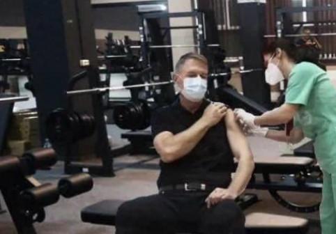 """""""România brațului bine făcut"""". Cele mai amuzante glume făcute pe seama vaccinării lui Klaus Iohannis (FOTO)"""