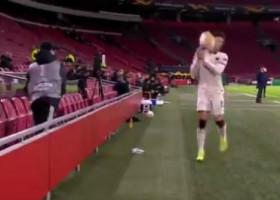 VIDEO - Un copil de mingi, supărat că fundașul echipei AS Roma trage de timp, i-a aruncat mingea în față fotbalistului