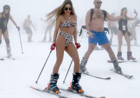 Festivalul alpin Boogel-Woogel din Rusia. Locul unde oamenii schiază în costume de baie
