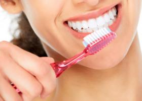 Un dentist dezvăluie de ce este un obicei prost să te speli pe dinți imediat după micul dejun