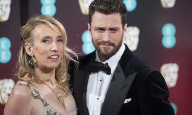 Noul sex-simbol de la Hollywood. Soția e mai mare cu 23 de ani și e confundată cu mama lui