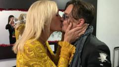 Johnny Depp, sărut pasional cu o blondă misterioasă. Cine e femeia cu care a fost surprins