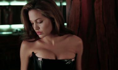 Secretele Angelinei Jolie: viata pe muchie de cutit a uneia dintre cele mai frumoase si controversate actrite din lume