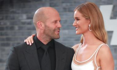 """Jason Statham nu și-a putut lua ochii de la ea. Rosie, partenera lui, a strălucit la premiera """"Hobbs & Shaw"""""""