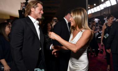 Jennifer Aniston reacționează după ce imaginile cu Brad Pitt care o privea din culise la SAG Awards au devenit virale