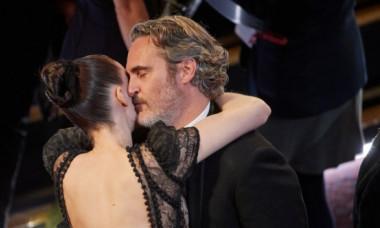 """Primele imagini cu logodnica lui Joaquin Phoenix însărcinată. Cum au fost fotografiați starul din """"Joker"""" și actrița din """"Carol"""""""