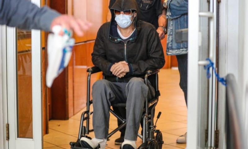 Brad Pitt, surprins în scaun cu rotile la ieșirea dintr-o clinică. Care a fost motivul pentru care actorul nu a plecat pe picioarele lui