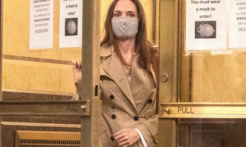 Angelina Jolie, din nou în vizită la fostul soț Johnny Lee Miller, de data aceasta cu fiul ei, Pax. De ce s-ar fi întâlnit de fapt