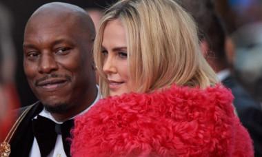 """Charlize Theron a atras toate privirile într-o fustă mini de piele, pe covorul roșu, la premiera """"F9"""""""
