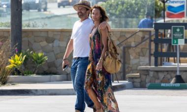 Gerard Butler și iubita lui, jucăuși la plajă. Morgan Brown are 50 de ani și arată perfect în costum de baie
